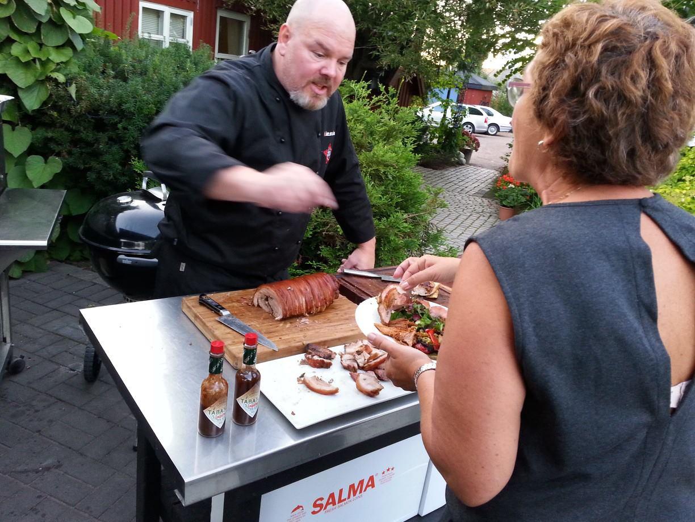 Petter (Grillsjef) er i full gang med å servere mat.