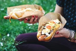 Bratwurst med chili, rømme og cheddar